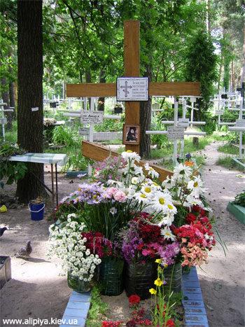 Могилка Матушки Алипии всегда в цветах